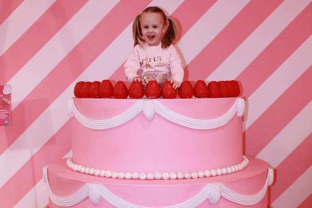 Девочка в торте