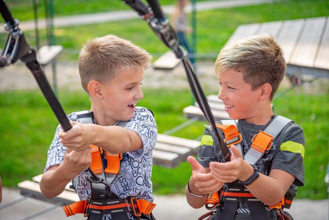 Мальчики в веревочном парке