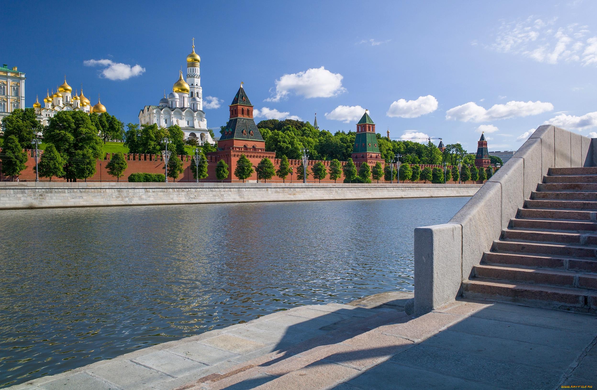 Фото причала Софийская набережная в Москве.