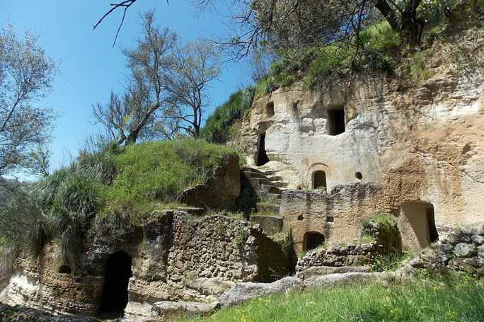 Деревня-троглодит или пещерное поселение в Дзунгри