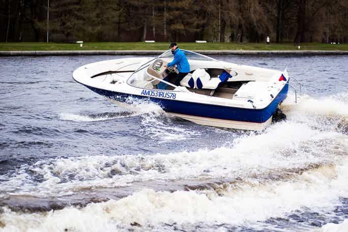 Вояж на катере по каналам Петербурга с выходом в залив с гидом
