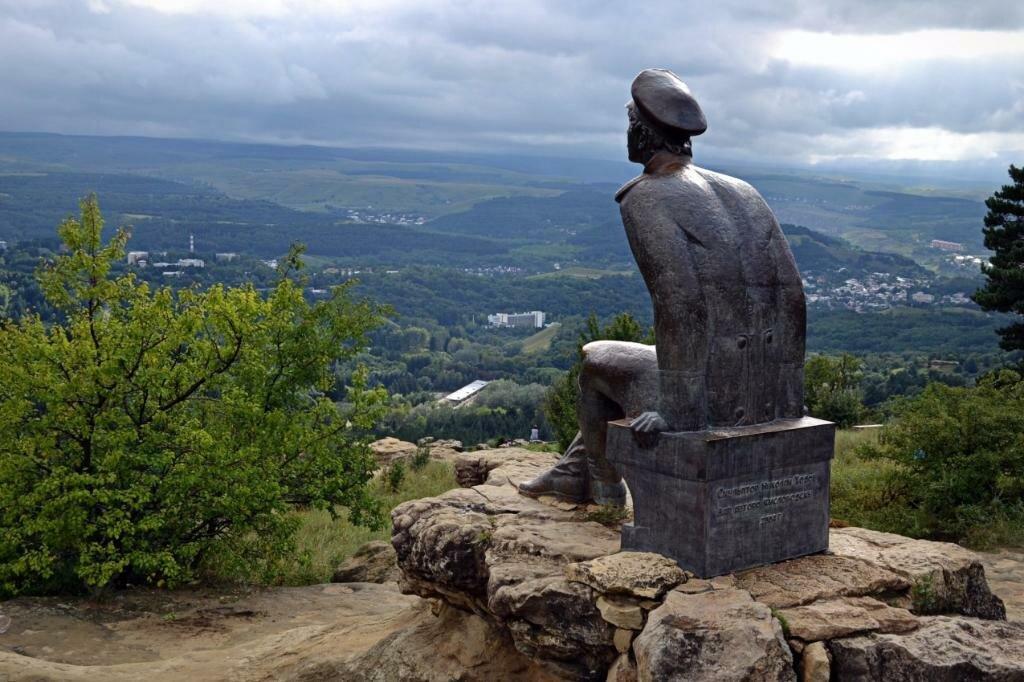 Фото памятнику Лермонтову в Кисловодске