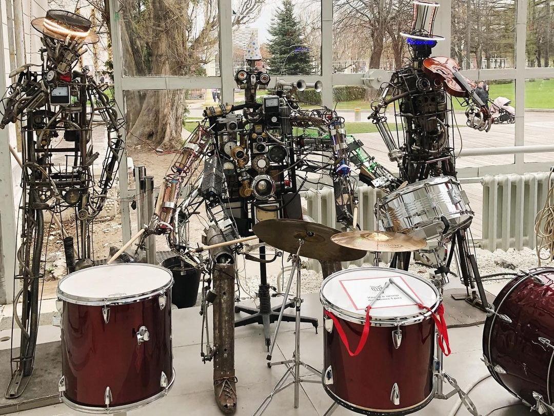 Роботы играют на барабанах