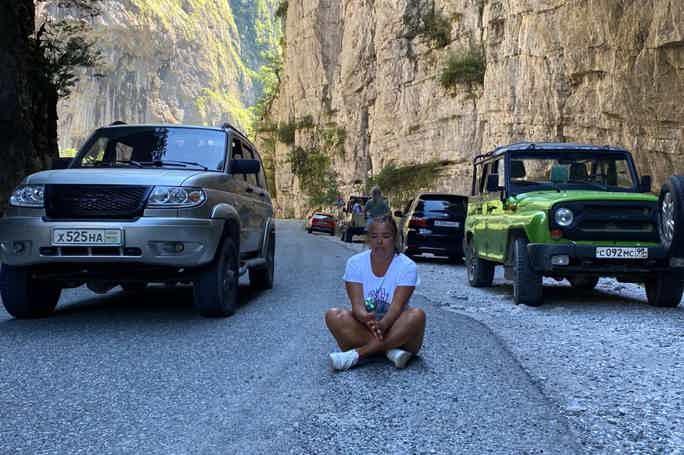 На джипах по Абхазии: Гегский водопад и «Завтрак королей» из Гагры