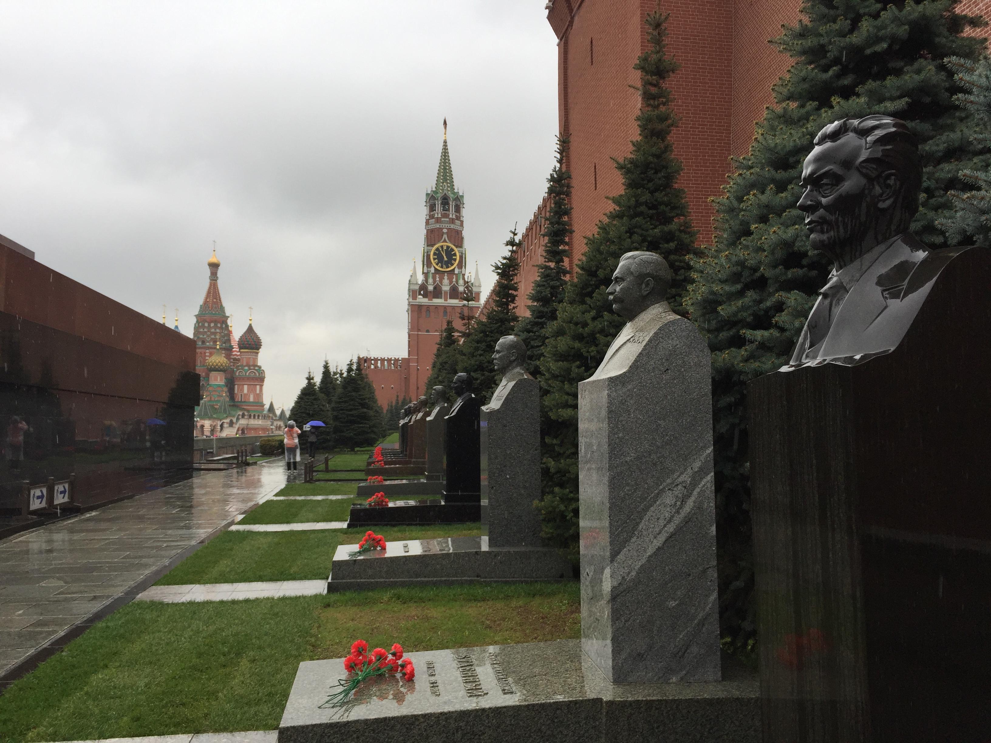 Фотография некрополя у кремлёвской стены