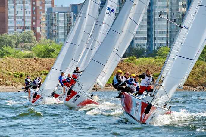 Урок парусного спорта на яхте