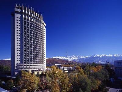 Алматы в окружении гор Тянь-Шаня — сезон круглый год